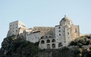 1280px-Castello_Aragonese-particolare
