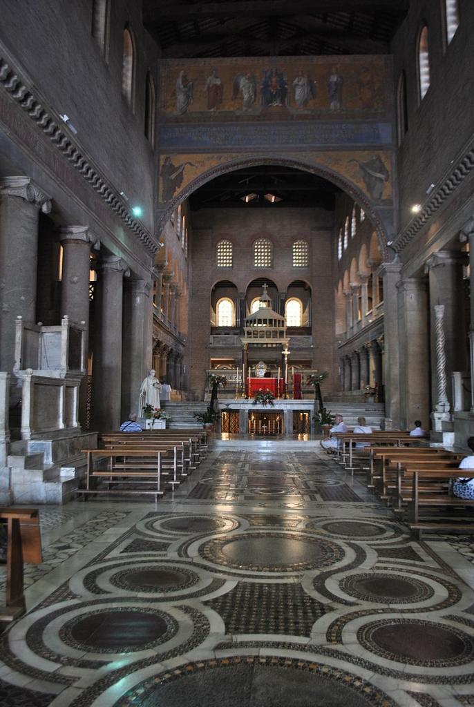 800px-Basílica_de_São_Lourenço_Fora_de_Muros_-_Nave_principal